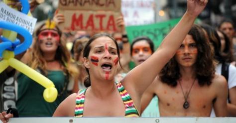 Imagem 52/56: Em Florianópolis (SC), manifestantes realizam um ato público em defesa dos índios guaranis-kaiowás, e pela demarcação das suas terras no Mato Grosso. O ato acontece simultaneamente em outras cidades do Brasil, nesta sexta-feira (9)