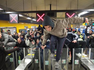 """Un centenar de personas partidarias del movimiento 'Yo no pago' se han colado en la parada de metro de plaza Catalunya de Barcelona para protestar contra la subida de tarifas del transporte público. Los participantes se han reunido en el centro de la plaza y se han desplazado hasta la parada de metro para entrar en los vestíbulos.Ante la mirada atónita de los revisores y personal de TMB (Transports Metropolitans de Barcelona), han coreado gritos como """"¡Que pague Urdangarin!"""", """"Este billete no lo pago"""" o """"Transporte gratuito para los parados"""". Los manifestantes se han limitado a superar la barrera para entrar y después salir, sin llegar a bajar a los andenes del metro."""