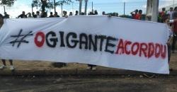 19jun2013---manifestantes-levam-faixa-com-a-inscricao-o-gigante-acordou-para-protesto-em-frente-ao-estadio-castelao-em-fortaleza-1371646544882_956x500