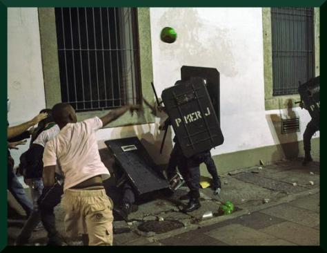 la policia asesina fueron vencidos en Rio con un ataque de fruta podrida tropical
