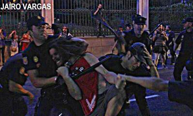 Brutal. Otra imagen de la represión FEROZ. #EscracheFeminista #TodasContamos #MarcaEsPPaña #Rajoy Madrid, esta noche. http://pic.twitter.com/2P0rwuw2GO
