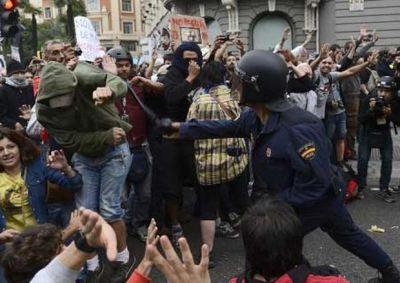 Manifestantes-Policia-Antidisturbios-Pierre-Philippe-AFP_ECMIMA20120925_0132_4