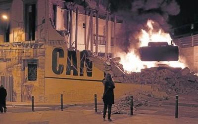 demolition excvator burned in Can Vies ruins