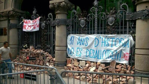 the Sants Town Hall after the human chain delivered the rubble