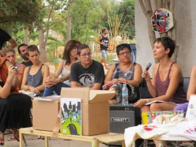 June Fernández presentà al pati del CSOA l'Horta el número dos de l'edició en paper de Pikara magazine, ...