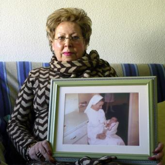 Dolores Chumillas SHOWS A PHOTO OF HER MISSING DAUGHTER ..muestra una foto de su hija