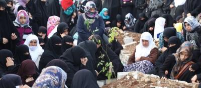 Diyarbakır'da Kurban Bayramı'nda ihtiyaç sahiplerine kurban dağıtırken vahşice öldürülen Yasin Börü, Hasan Gökgöz ve Hüseyin Dakak mezarları başında anıldı. (Ömer Yasin Ergin - Anadolu Ajansı)