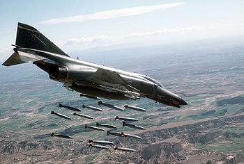 Cazabombardero F-4 Phantom II de la USAF practicando bombardeo real (bombas de 500 lb) en el polígono de tiro en Bardenas (Navarra)