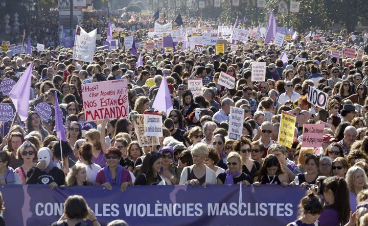 """GR156. MADRID, 07/11/2015.- Las calles de Madrid han acogido hoy a miles de personas que se manifestan en la primera gran movilización nacional contra las """"violencias machistas"""", una marcha del movimiento feminista a la que se han sumado todos los grandes partidos, sindicatos y distintos colectivos sociales con la que se pide que esta lacra sea considerada una cuestión de Estado y que se reforme la ley de 2004 para contemplar en ella todas las formas de violencia contra las mujeres, no sólo las que se dan en el entorno de las parejas o exparejas. EFE/J. J. Guillén"""