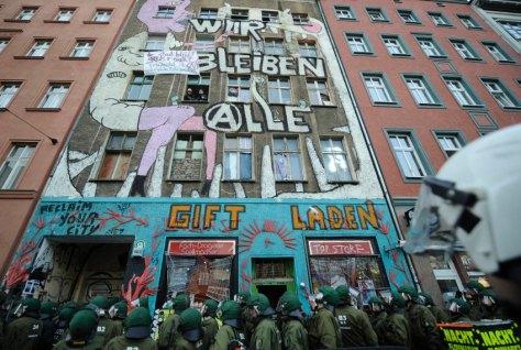 Polizisten stehen am Dienstag (24.11.09) in der Brunnenstrasse in Berlin vor dem Eingang eines besetzten Hauses. Das Haus wurde am Nachmittag von der Polizei geraeumt. Foto: Timur Emek/ddp