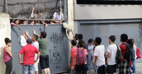 13nov2015---a-escola-estadual-dona-ana-rosa-de-araujo-na-zona-oeste-de-sao-paulo-foi-ocupada-na-manha-desta-sexta-feira-13-por-estudantes-com-esta-nova-manifestacao-ja-sao-sete-as-escolas-ocupadas-1447419442917_956x50