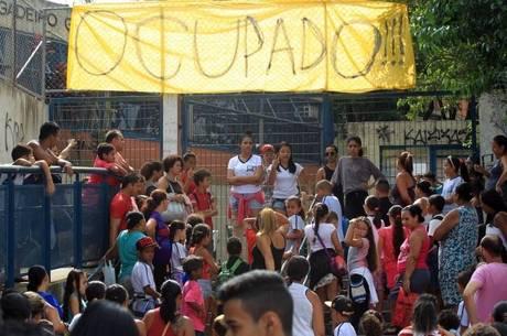 WS1 SÃO PAULO 19/11/2015 - OCUPAÇÃO ESCOLA ESTADUAL GAVIÃO PEIXOTO - CIDADES- Movimentação de estudantes na Estadual Gavião Peixoto, em Perus (SP), ocupada por estudanres no final da noite de ontem. Estudantes ocupam o local em protesto contra o fechamento de escolas para a reorganização da rede de ensino estadual. FOTO:WERTHER SANTANA/ESTADÃO