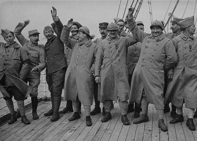french-soldiers-enjoy-their-seaside-leave-as-part-of-the-reforms-by-gen-petain-in-response-to-the-mutiny-of-may-june-1917.