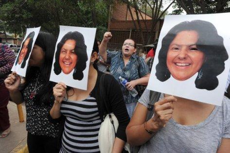 Berta Cáceres fue asesinada la madrugada del 3 de marzo mientras dormía en su casa en La Esperanza, Honduras. La oposición del pueblo lenga consiguió paralizar el proyecto hidroeléctrico de Agua Zarca. En decenas de ciudades del mundo se han realizado concentraciones exigiendo justicia, también en Barcelona.