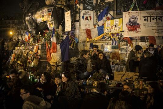 4899018_6_bbfc_des-manifestants-discutent-entre-eux-le-8_ff15974e6ec4ff1e198a3632ed7a6511