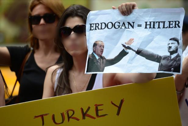 erdogan-hitler_women-demonstrating-616x414