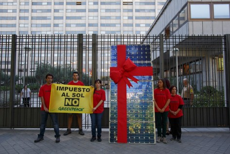 """28/07/2015 - 30/07/2015. Ministerio de Industria, Paseo de la Castellana Madrid, Espa–a, Spain. Activistas de Greenpeace han protestado contra el impuesto al sol junto al Ministerio de Industria con el mensaje ÒImpuesto al sol NOÓ, para mostrar su rechazo al proyecto de Real Decreto que regula el autoconsumo. (© Greenpeace / Pablo Blazquez) © Greenpeace Handout - No Sales - No files - Editorial Use Only - Free Use Only for 14 days after release. Photo provided by Greenpeace, used only to illustrate news or comment on the facts or events depicted in this image. ©Greenpeace Handout Ð No Ventas Ð No Archivos - Uso Editorial Solamente Ð Uso Libre Solamente para 14 d'as despuŽs de Liberaci—n. Foto proporcionada por GREENPEACE, uso solamente para ilustrar noticias o comentarios sobre los hechos o eventos representados en esta imagen."""
