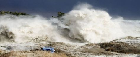japan-tsunami-earthquake-new-pictures-hitting_33637_600x450