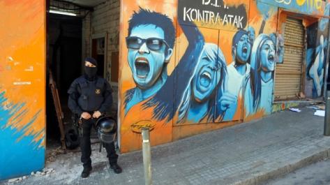 Barcelona (Barcelonès) 13/04/2016  Sociedad      Los Mossos d'Esquadra han registrado desde primera hora de esta mañana la casa okupada del Bloque Fantasma de la Salut, en la Avinguda del Coll del Portell 59. El dispositivo policial se ha activado para cumplir una orden internacional de búsqueda y captura de miembros de una banda sospechosa de atracar bancos en Alemania   FOTO  DANNY CAMINAL