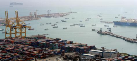 Puerto de Barcelona: se ve a la derecha in buque de GNL que podria estar bloqueado la salida o entrada por una flotilla de protesta.