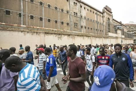 Protesta de vendedores ambulantes y activistas, ayer, frente a la cárcel Modelo. JOAN SÁNCHEZ