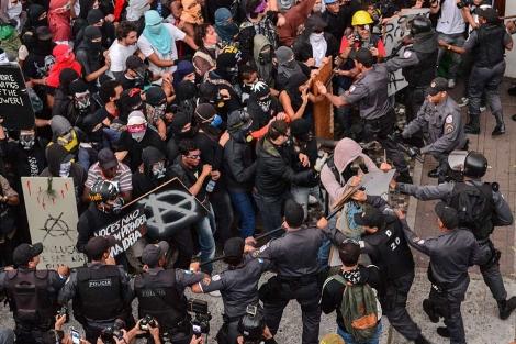 In this case the black block tactic was justified as Police arrested 220 with extreme violence. ......Más de 220 detenidos en Brasil en un Día de la Independencia ...Enfrentamientos de manifestantes y antidisturbios cerca del palacio de Guanabara en Río.