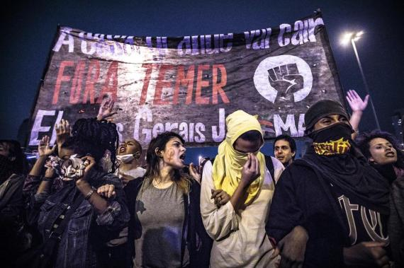 As millions campaign against the Capitalist Coup and Army intervention looms, the black bloc tactic, orn at least wearing a mask, is becoming accepted and generalised