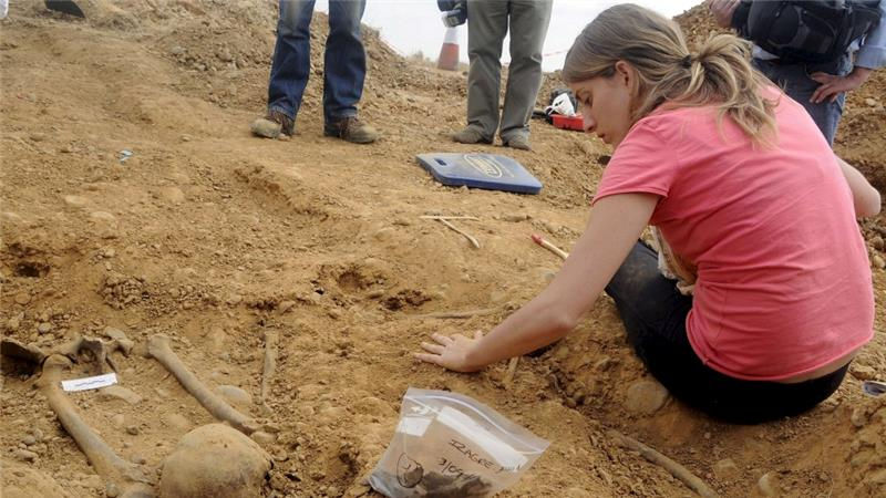 girl searches for relatives killed by Spanish fascists