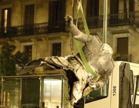 momento-que-camion-basura-municipal-lleva-polemica-estatua-franco-1477033716072