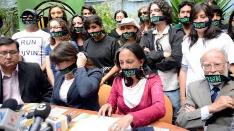 QUITO. La activista Esperanza Martínez (c), de Acción Ecológica, se solidarizó con la fundación Pachamama. Estuardo Vera