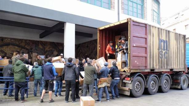 200 volunteers help l.oad a lorry with donated refugee aid in Euskadi