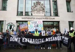 Julian Assange still held on remand as coronavirus spreads through UK prisons Ja-no-extradition